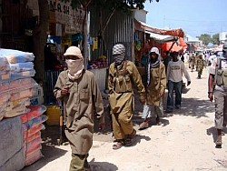 Somalia: combatientes armados de Al Shabab patrullan el mercado 