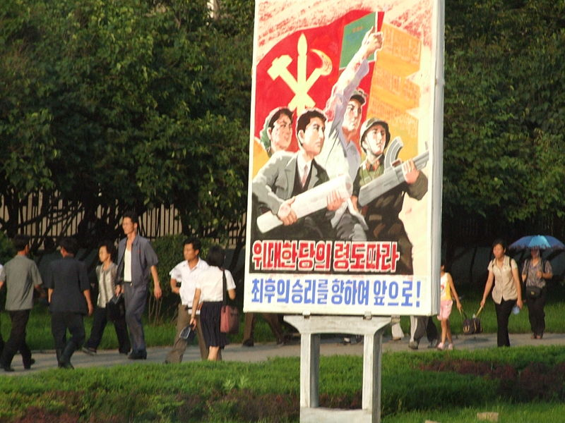 Propaganda in Pyongyang, por Nicor, Wikimedia Commons