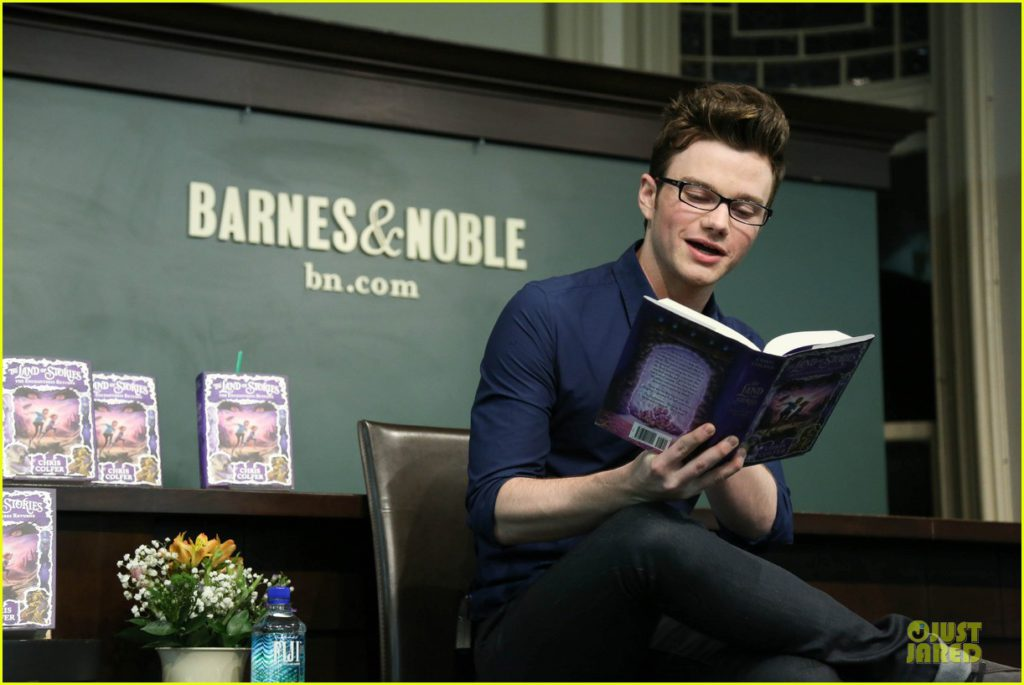 Colfer leyendo fragmentos de su segunda novela en Barnes & Noble Fuente: http://www.justjared.com/photo-gallery/2924679/chris-colfer-land-of-stories-the-enchantress-returns-book-event-07/